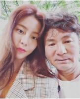 ユイ(元AS)、父の詐称被害を受けツーショットを公開…「こんなにハンサムな方が私の父です! 」の画像
