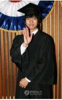 学位授与式へ出席した歌手イ・スンギの画像