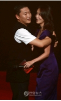 PSYカムバック! 女優キム・ジョンウンとハグであいさつの画像