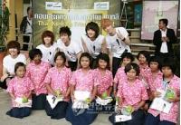 <SHINee> タイ保育施設の子どもたちと一緒にの画像