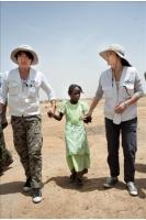 歌手イ・スンチョル、失明危機のアフリカ少女を支援の画像