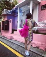 """歌手ヒョナ、背中全開ファッションできょうも""""ヒョナスタイル""""の画像"""