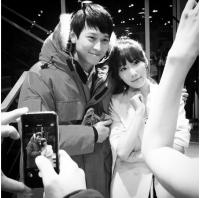 """「少女時代」テヨン、カン・ドンウォンとの記念写真に""""ドキドキ""""の画像"""