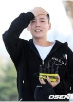 キム・ジヌ(WINNER)、入所前に挨拶 「無事に訓練を受けてくる」の画像