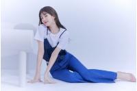 スジ(元Miss A)、ワイドジーンズを活用したカジュアルファッションを爽やかに着こなすの画像