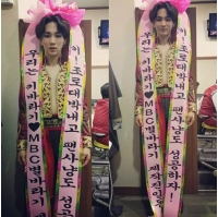 "「SHINee」Key、ミュージカル初公演の記念して""人間花輪""に変身の画像"