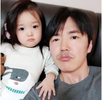 俳優ユン・サンヒョン、妻で歌手のMayBeeにそっくりな愛娘との写真を公開の画像