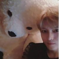 【トピック】キム・ジェジュン(JYJ)、真っ白なクマのぬいぐるみとのツーショットが話題の画像
