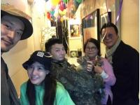 """【トピック】G-DRAGONの実姉クォン・ダミさん、除隊した弟と共に""""家族完全体""""写真を公開の画像"""