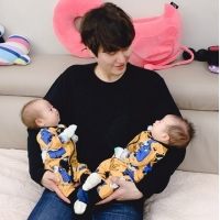 【トピック】「SUPER JUNIOR」キュヒョン、双子の甥っ子を抱いて愛おしそうに見つめる近況写真が話題の画像