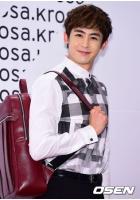 「2PM」ニックン、デザインを手がけたバッグを披露の画像