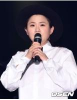 キム・シニョン、実力派イケメンバンド「IZ」のショーケースMCにの画像