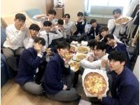 """""""国民プロデューサー代表""""イ・ドンウク、「PRODUCE X 101」練習生たちをピザで応援の画像"""