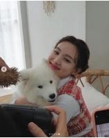 """ナヨン(TWICE)、大きな子犬を抱っこして大笑い""""ラブリー""""の画像"""