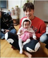 【トピック】誕生日を迎えた「東方神起」ユンホ、お人形さんのような姪っ子と共に過ごした様子が公開されるの画像