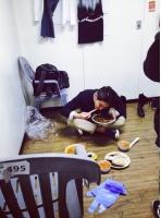 「SJ」カンイン、楽屋の隅でチャジャンミョンを勢いよく食べる姿が捉えられるの画像