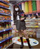 歌手ヒョナ、お菓子を小脇に抱えて「トリック・オア・トリート?」の画像