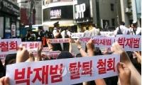 <2PM>ファンら ジェボム脱退撤回を求め事務所前に集結の画像