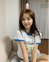 「OH MY GIRL」ユア、爽やかな近況ショットを公開…どれだけ小顔なの?の画像