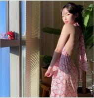 歌手Heize、背中が開いたワンピースを着て美しい後ろ姿を披露の画像