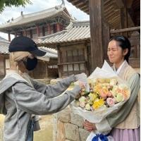ヘリ(Girl's Day)、「BLACKPINK」ROSEと友情認証…大きな花束に感動爆発の画像