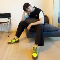 チャ・ウヌ(ASTRO)、蛍光スニーカーも相性抜群…ニットベストで彼氏風ファッションの画像