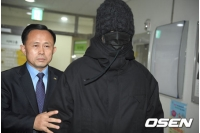 "「BIGBANG」T.O.P、龍山区庁に初出勤… 顔を隠し警護されて""完全防備""の画像"