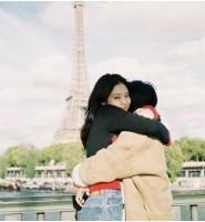 JENNIE(BLACKPINK)、エッフェル塔前で母親とハグ 「私のベストフレンド、愛してるよママ」の画像